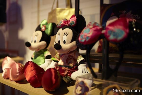 穿着旗袍的米妮 除了特别的复古上海系列,在园区内的商品或多或少都会增加些中国元素,或者是迪士尼本身对于中国文化的理解。例如十二朋友园是上海迪士尼园区内非常本土化的一个项目,迪士尼将中国的十二生肖以自己的卡通人物形象来进行体现。在这些生肖产品的图案上,迪士尼运用了红色和剪纸造型将他们设计成拼图和徽章类产品。依照迪士尼对中国市场的理解,他们还开发了一套Q版的玩偶造型,中国市场很流行可爱的元素,于是原本的迪士尼人物被进一步萌化。这种Q版造型还被印在了更多的产品上,包括笔记本、婴儿服等。